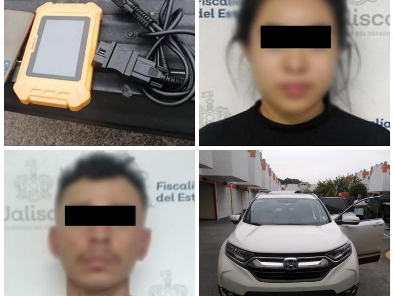Detienen a pareja con vehículos robados