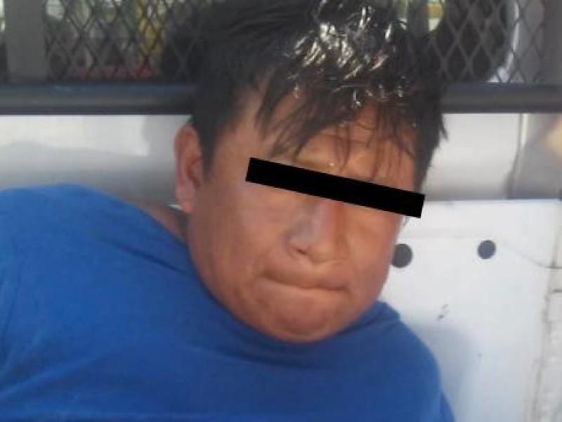 Detienen a sujetos por presunto robo en Centro de Salud