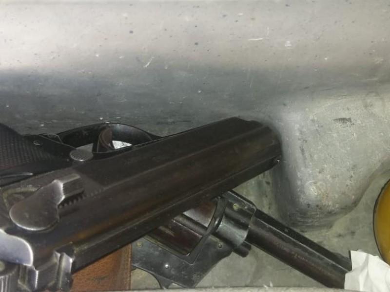 Detienen hombre con armas cortas en Mazapil