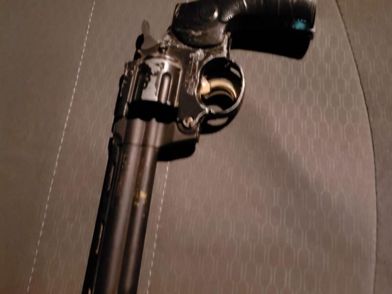 Detienen hombre en posesión de arma de fuego