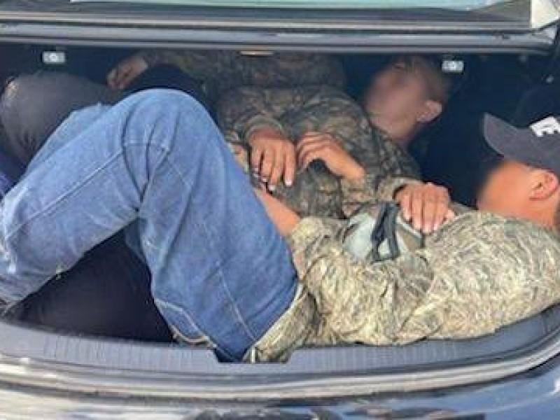 Detienen nuevo grupo de 8 indocumentados ocultos en vehiculo
