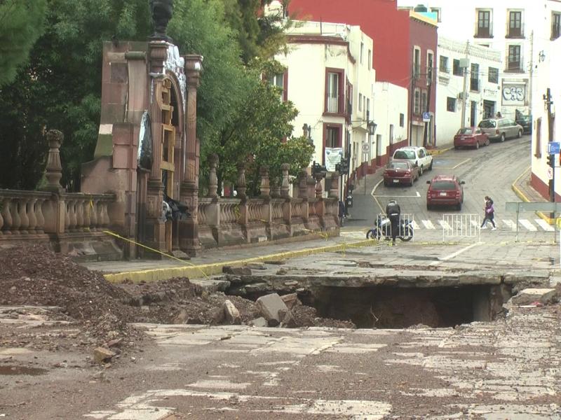 Detienen reconstrucción de socavón por lluvias