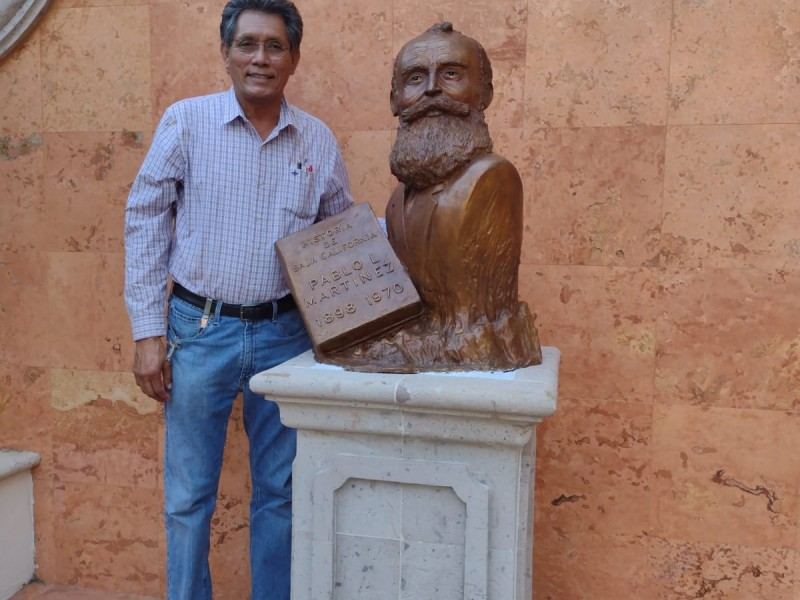 Develan busto de Pablo L. Martínez en Palacio Municipal