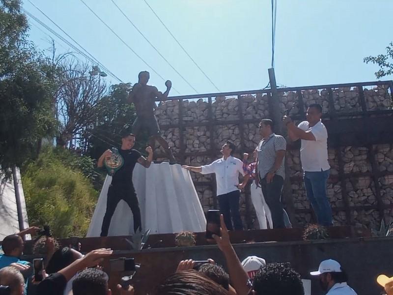 Develan estatua de boxeador nogalense Óscar Valdez