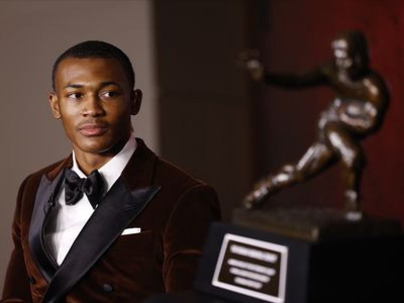 DeVonta Smith de Alabama gana trofeo Heisman