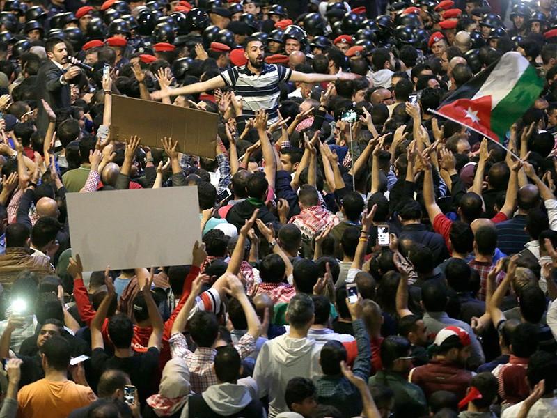 Dimite primer ministro de Jordania tras protestas