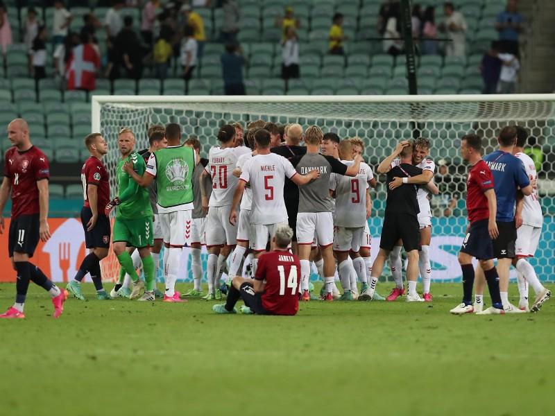 Dinamarca se sigue imponiendo a la tragedia, llega a semifinales