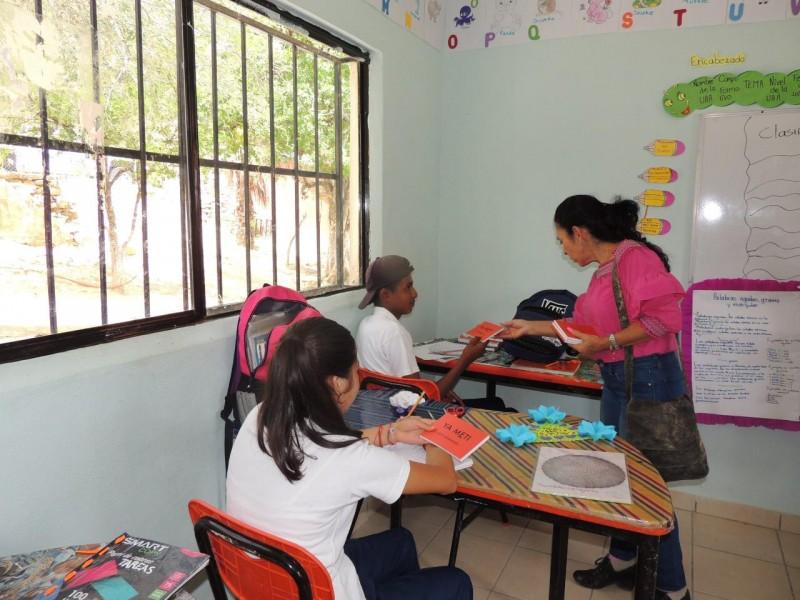 Diputada entrega libros a niños Pames