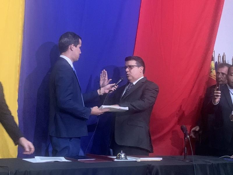 Diputados de oposición reeligen a Guaido