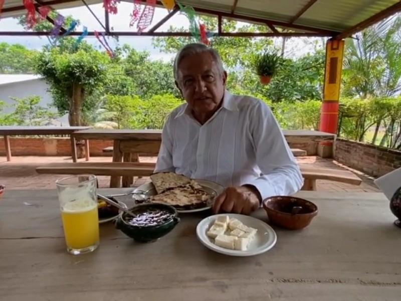 Disfrutando la gastronomía Oaxaqueña, AMLO inicia supervisión del Corredor Interoceánico