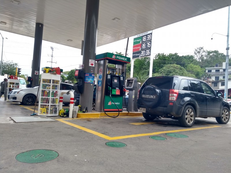 Disminuye precio de gasolina: Automovilistas y Transportistas