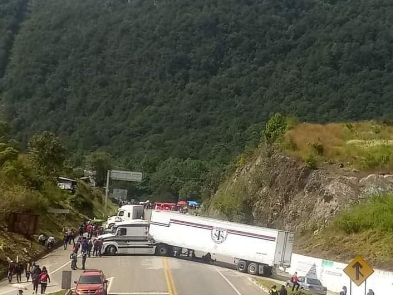 Docentes bloquean tramo carretero a SCLC ante opacidad de autoridades