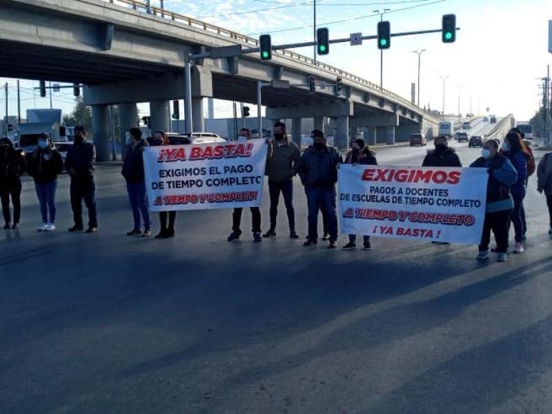 Docentes bloquen boulevard para exigir pagos pendientes