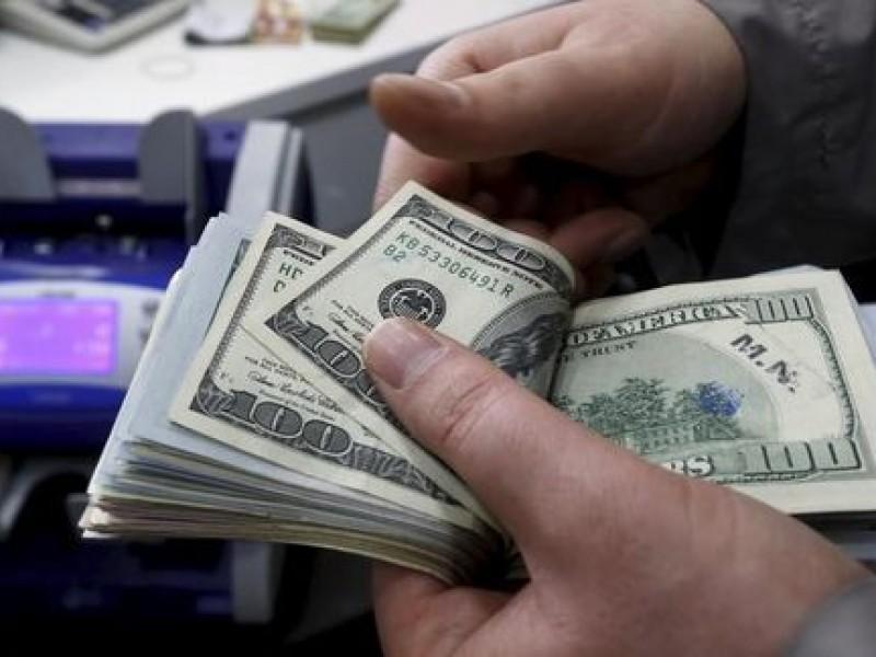 Dólar promedia en 18.97 pesos en el AICM