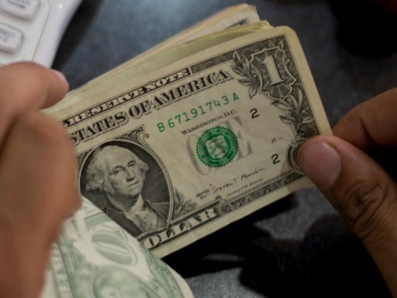 Dólar sube de precio tras renuncia de Urzúa