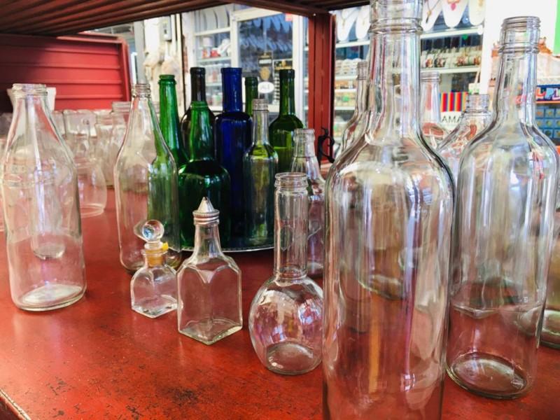 Don Armando recicla botellas de cristal para obtener ingresos