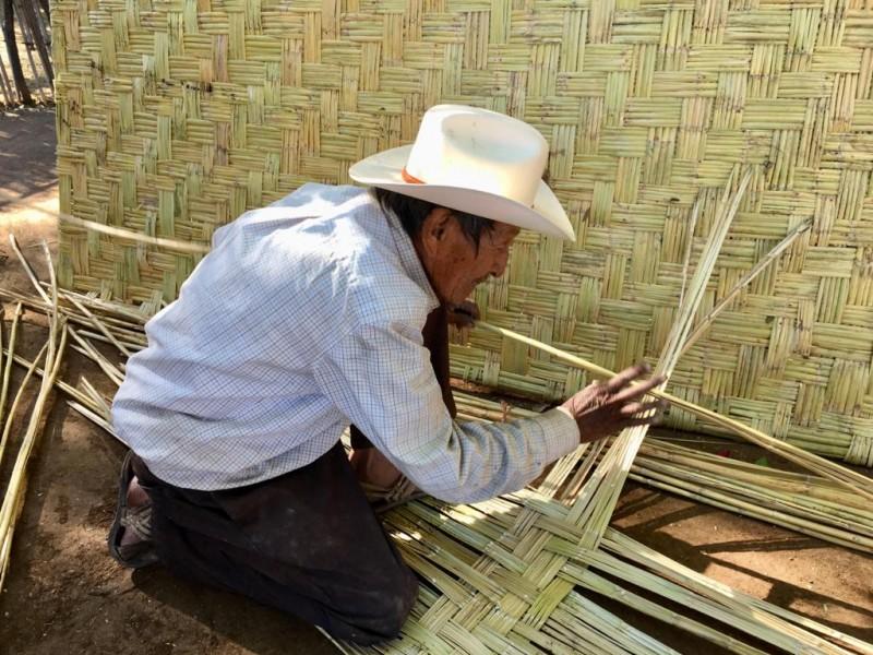 Don Basilio preserva la elaboración de petates en Oro Pinto