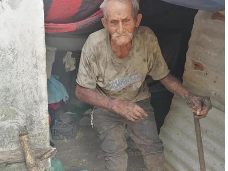 Don Goyo trabaja hasta 12 horas cortando caña para sobrevivir