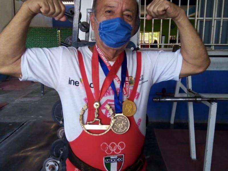 Don Pedro Chávez sigue practicando Halterofilia a los 81 años