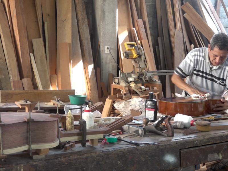 Don Victor, desde hace 16 años fabrica guitarras en Juchitán