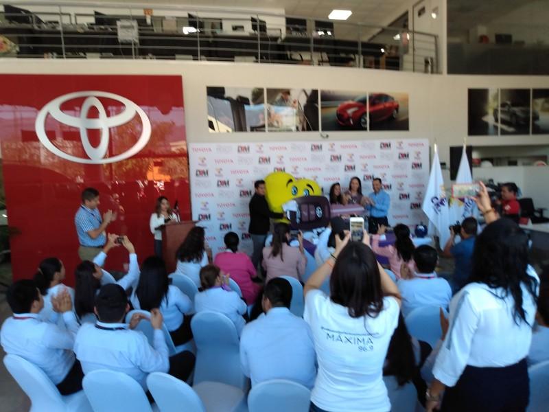 Dona Toyota vehículo a fundación Teletón