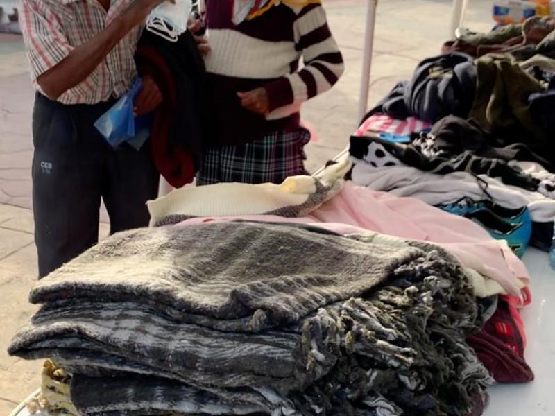 Donan suéteres y cobijas para mitigar el frío