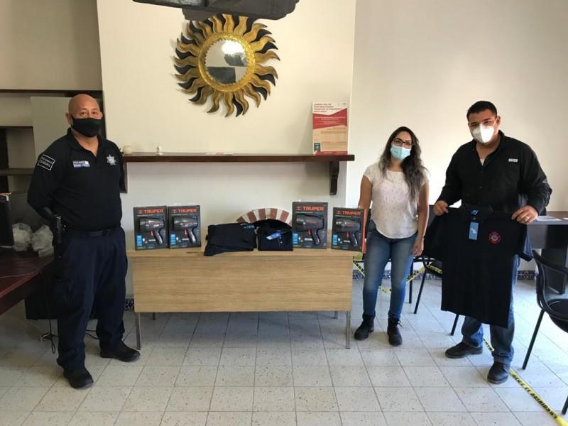 Donan uniformes y lámparas a policía turística y bomberos de San Carlos