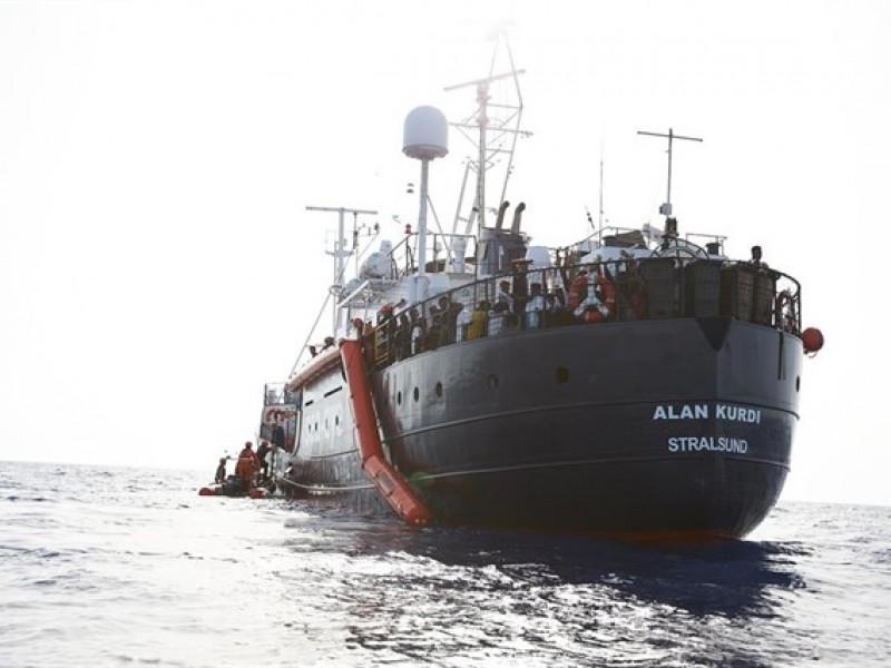 Dos buques con migrantes buscan atracar en Lampedusa