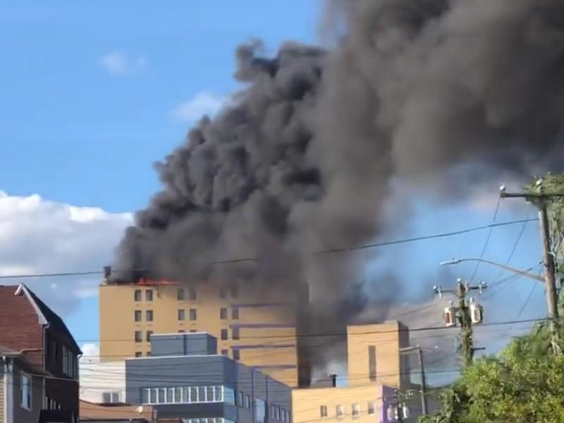 Dos heridos tras fuerte incendio de hospital en Nueva York