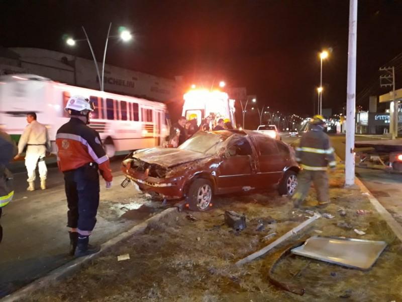 Dos lesionadas tras fuerte accidente en la capital