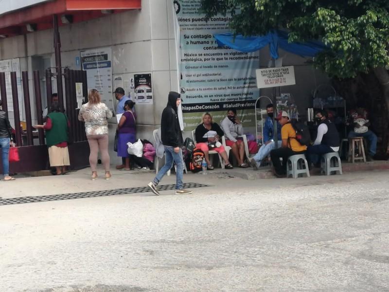 Duermen en vía pública esperando la mejoría de seres queridos