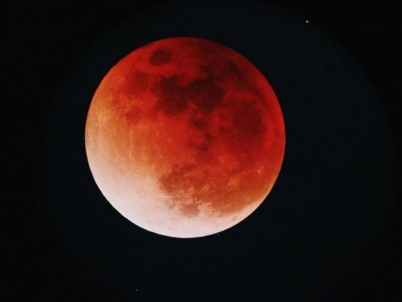 Eclipse lunar con luna de sangre