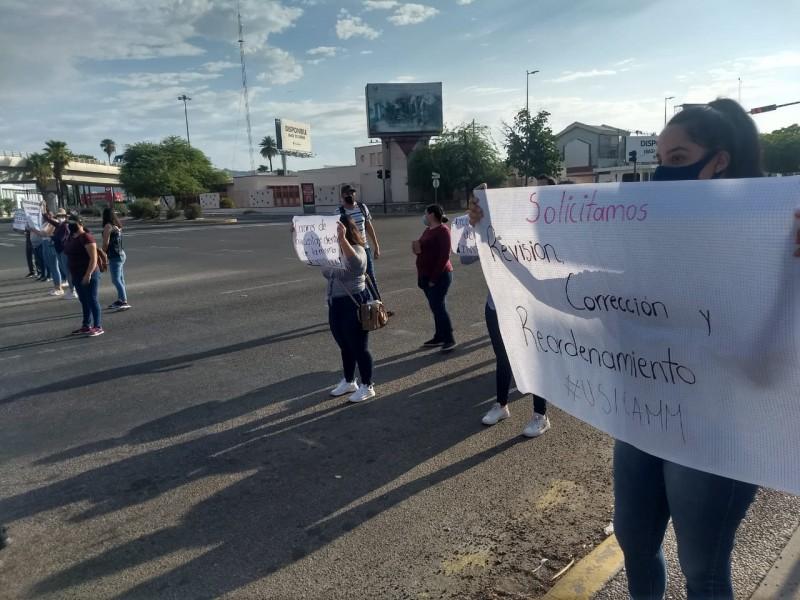 Egresados de escuela normalista sonorense bloquean cruce vial