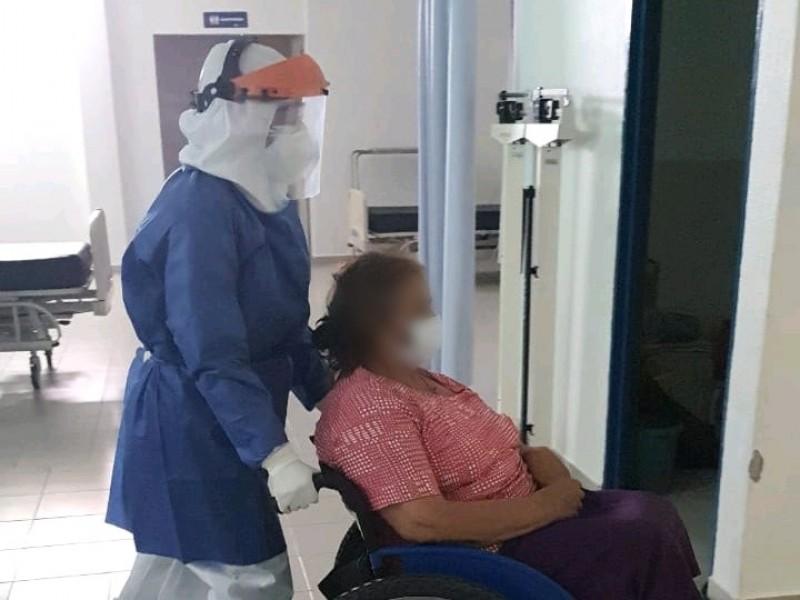 Egresan por mejoría, dos pacientes de COVID-19 en Tuzantla
