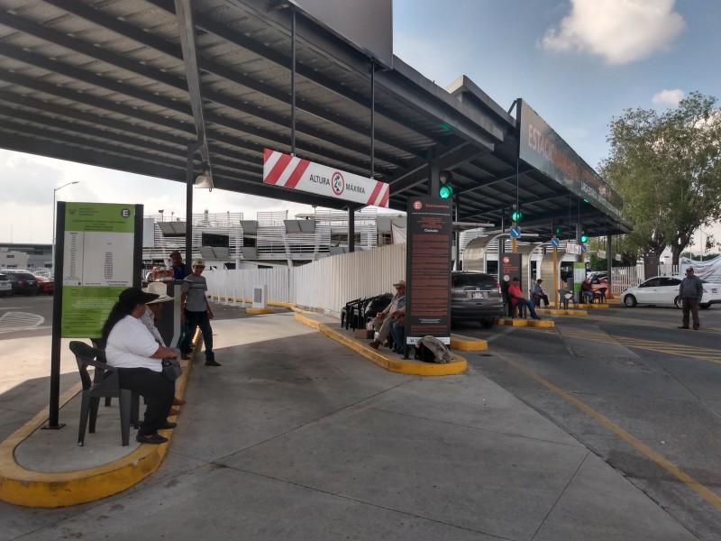 Ejidatarios mantienen plantón en aeropuerto