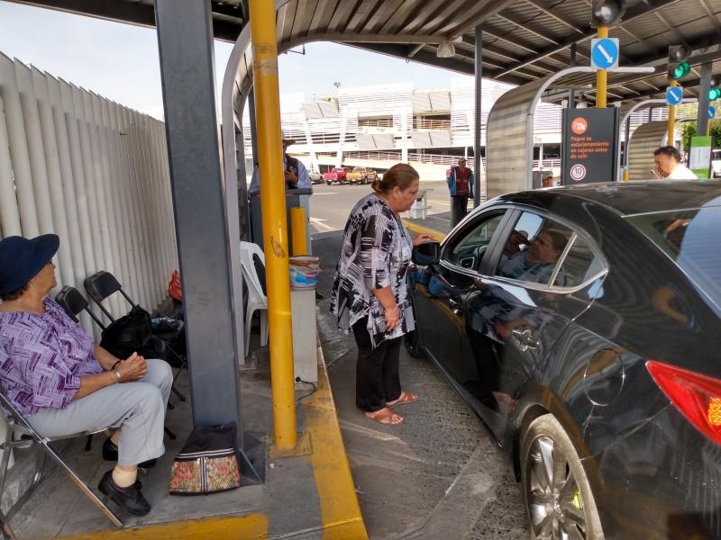 Ejidatarios mantienen toma de estacionamiento del Aeropuerto