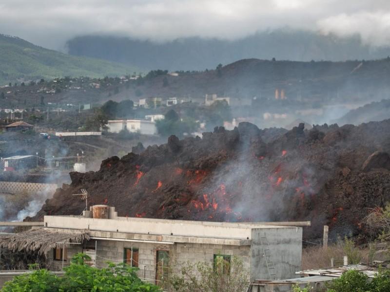 Arrasa lava con casas en pueblo de España