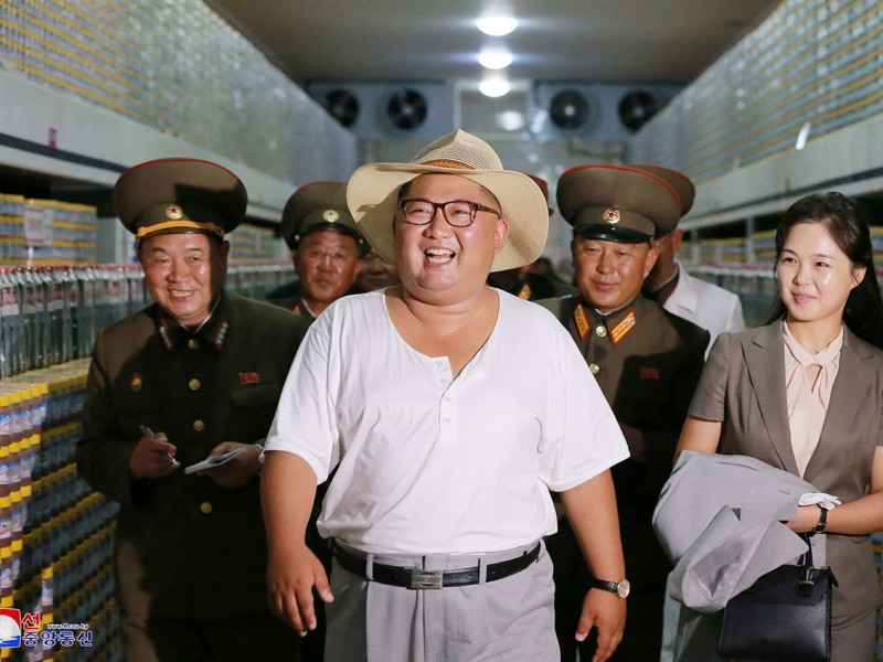 El líder norcoreano Kim Jong-un visita una fábrica