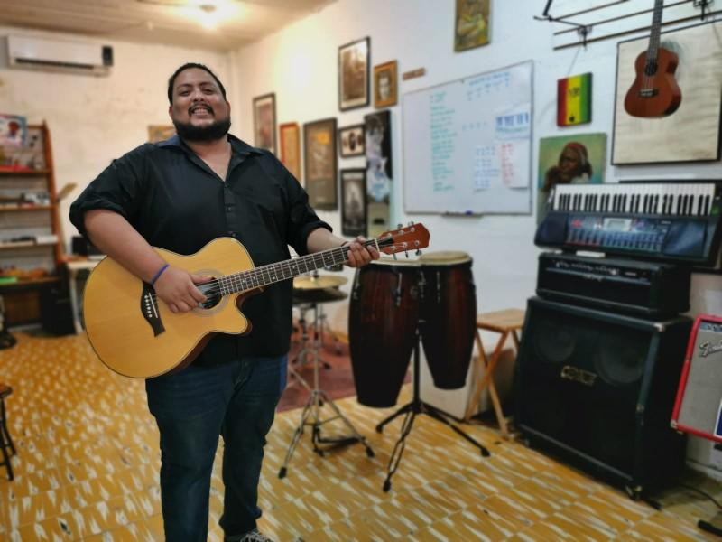 El maestro Neil Soto con música forma alumnos más felices