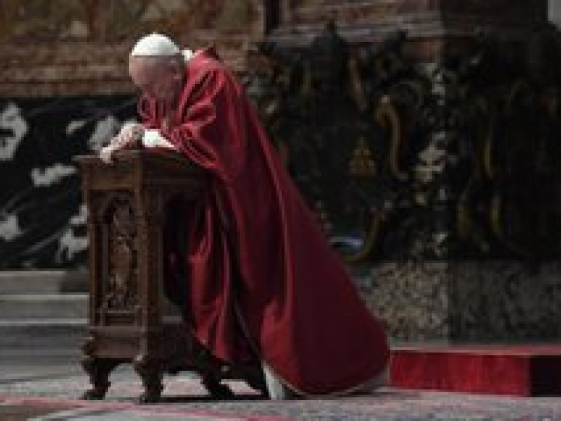 Papa Francisco realiza Viacrucis sin feligreses