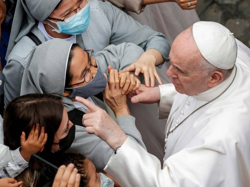 El papa Francisco seguirá hospitalizado