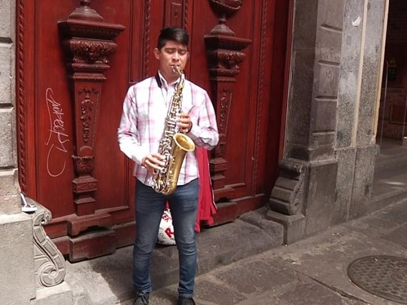 El saxofón, pasión del joven músico Yobani