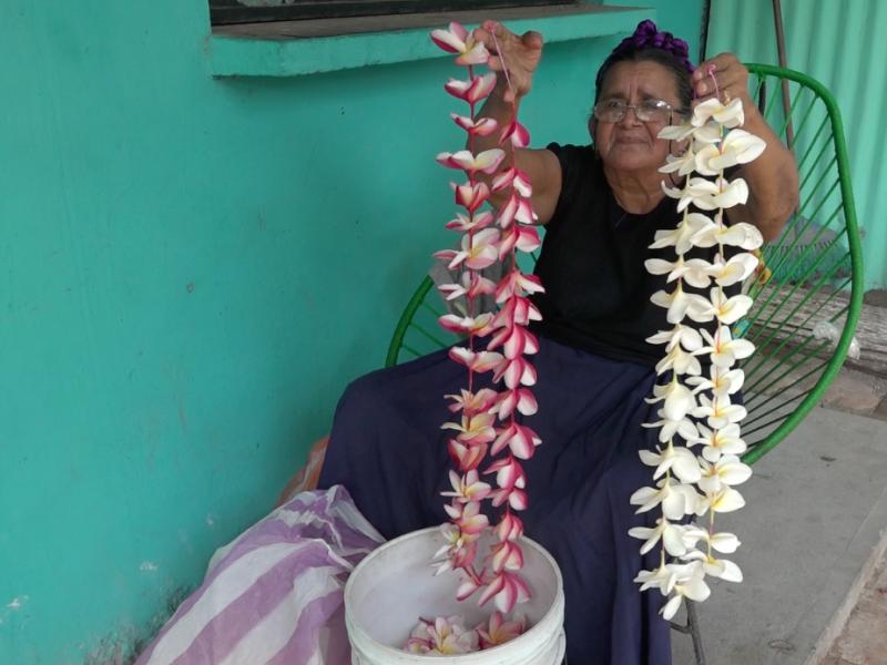 El uso de los collares de flores de Guie' chahi