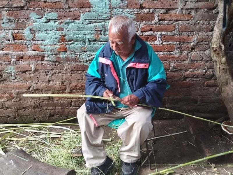 Elaboración de artesanías de carrizo, oficio tradicional en Santiago Tangamandapio