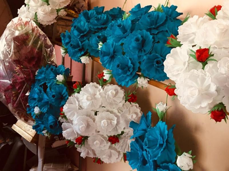 Elaboración de coronas florales, la tradición más colorida de México