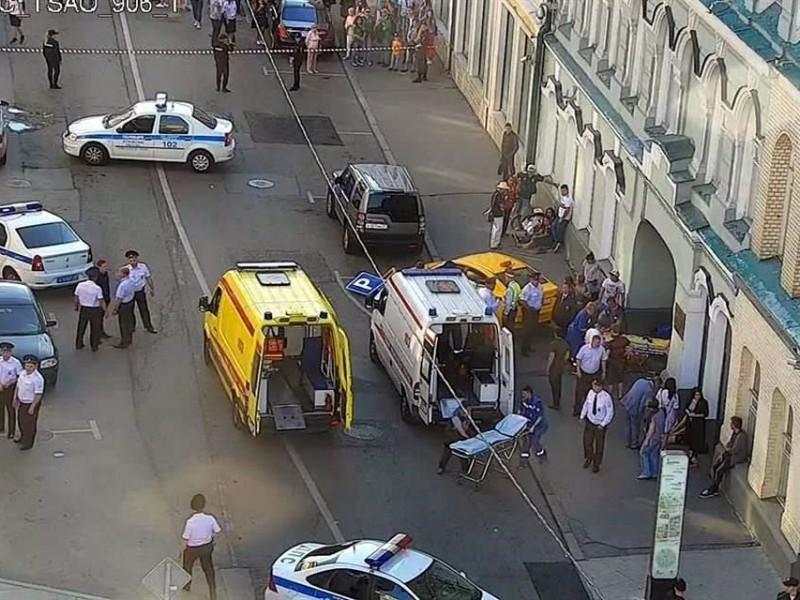 Embiste taxi a multitud en Moscú