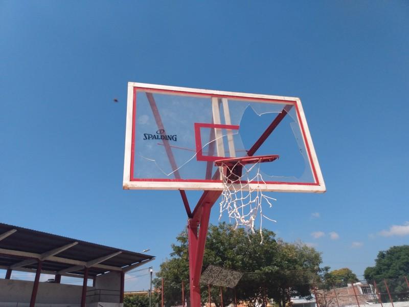 En abandono espacio deportivo del Estadio en Jiquilpan