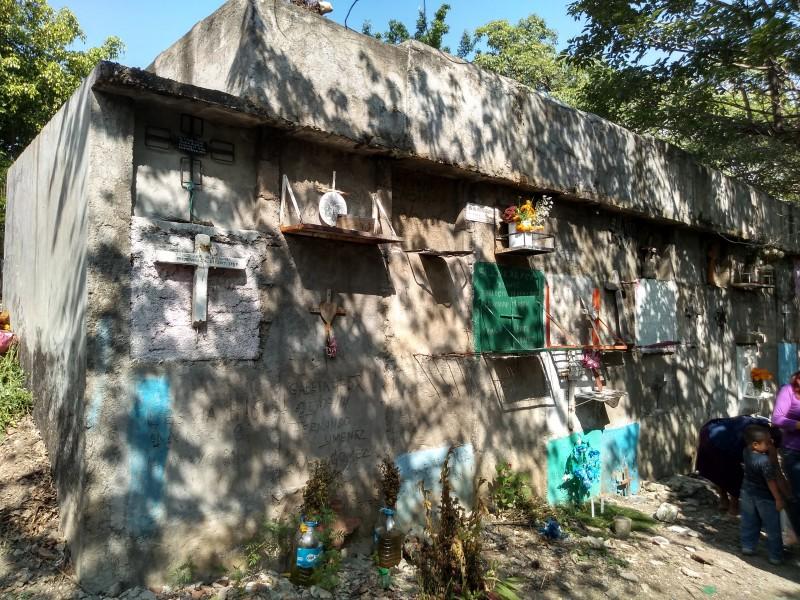 En el abandono tumbas zapatistas