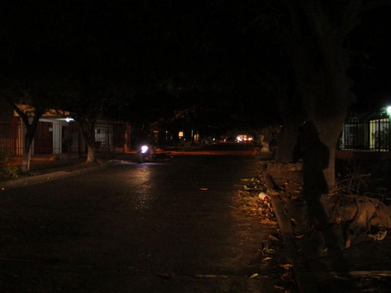 En la obscuridad calles de Parras de la Fuente