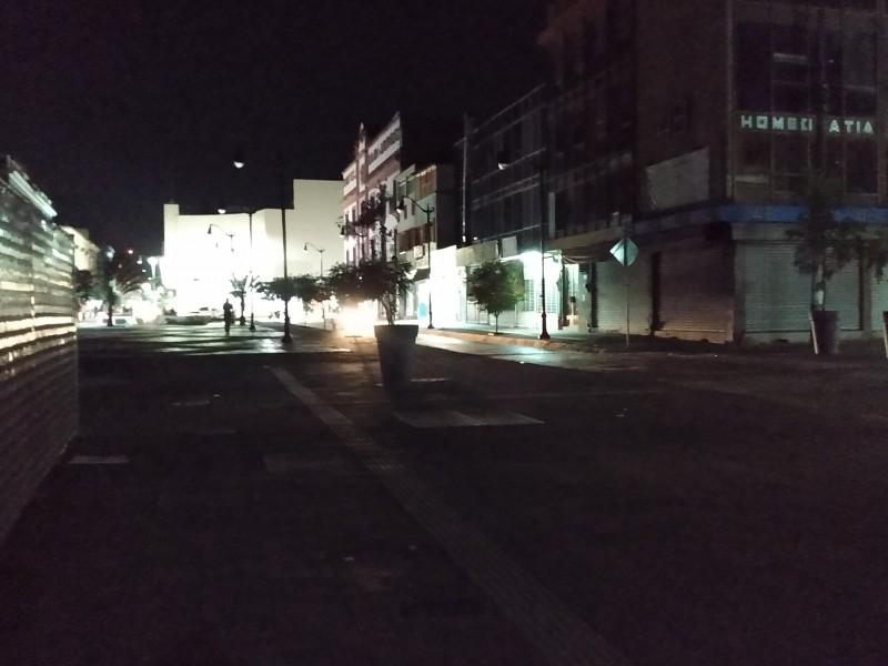 En penumbras bahías de transporte público de la calle Puebla